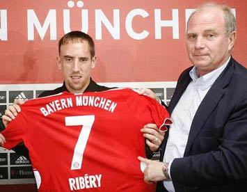 """Năm 2007, ông tổng giám đốc của Bayern chỉ mất """"vốn"""" là 25 triệu euro trả cho Marseille."""