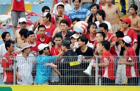 CĐV Hải Phòng trong trận đấu trên sân Hàng Đây hôm 10/6. Ảnh: Hoàng Hà.