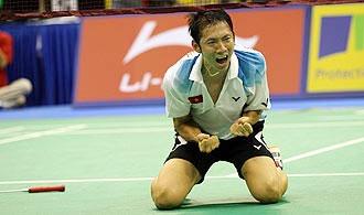 Tiến Minh mừng chiến thắng tuyệt vời trước tay vợt giành HC bạc Olympic 2008.