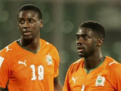 Anh em Kolo (bên phải) và Yaya Toure trong màu áo đội tuyển Bờ Biển Ngà.