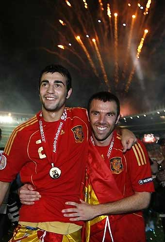 Albiol (bên trái) và Marchena trong đêm đoạt chức vô địch Euro 2008.