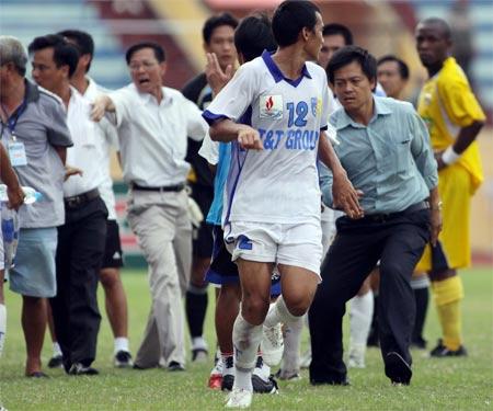 Cầu thủ Đại Đồng (số 12 của T&T) bị đuổi. Ảnh: NK.