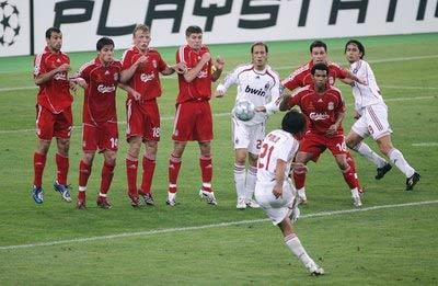 Pirlo cùng Beckham, Juninho từng được xem là ba chuyên gia sút phạt hàng rào hay nhất.