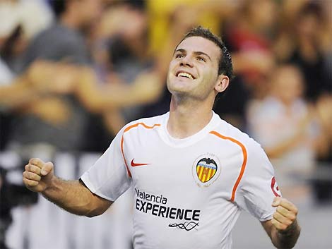 Giống David Villa, tiền đạo bị Valencia hét giá 50 triệu, làm Barca nản chí, Mata được gọi vào đội tuyển Tây Ban Nha và dự Confederations Cup 2009.