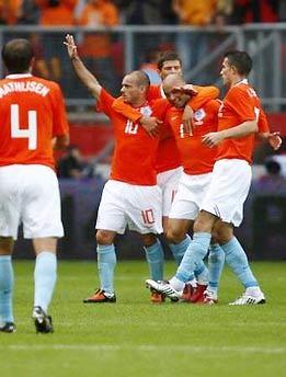Sneijder, cầu thủ vừa gia nhập Inter từ Real Madrid, ăn mừng bàn nâng tỷ số lên 2-0 trong trận giao hữu.