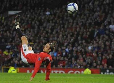 Berbatov thực hiện cú vôlê vào lưới Sunderland.