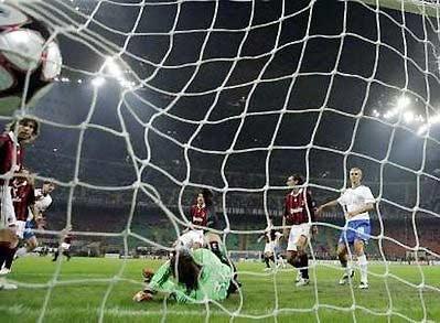 Lưới Milan rung lên sau bàn thắng bất ngờ của Tihinen.