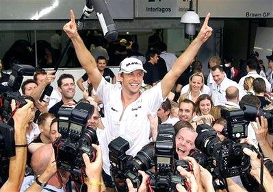 Jenson Button đã được đánh giá là khó tuột chức vô địch năm nay chỉ sau 7 chặng đầu mùa. Ảnh: AP.