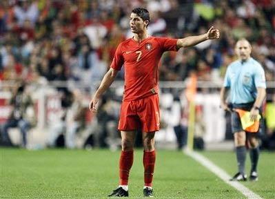 Ronaldo là thủ lĩnh của đội tuyển Bồ Đào Nha, đồng thời có vai trò quan trọng trong lối chơi của Real.