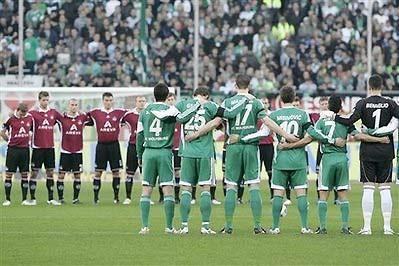 Các cầu thủ Nurnberg và Wolfsburg tưởng niệm Enke trước trận đấu.