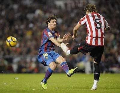 Messi tranh bóng với cầu thủ Amorebieta của Bilbao.