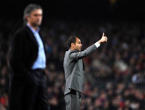 Ở Nou Camp, Mourinho chỉ là cái bóng mờ khi so sánh với đồng nghiệp đàn em Pep Guardiola. Ảnh: Marca.