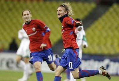 Krasic (bên phải) chia vui với đồng đội sau bàn thắng quyết định.