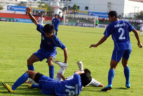 Trọng Hoàng trong vòng vây của các cầu thủ Campuchia.