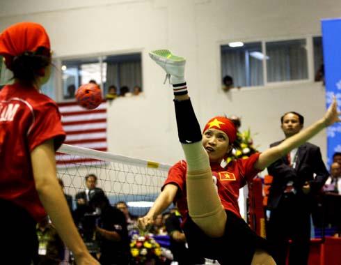 Đội nữ Việt Nam chưa đủ sức lật đổ Thái Lan. Ảnh: An Nhơn.