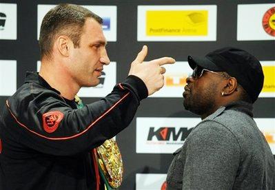 Vitali Klitschko (trái) và đối thủ Kevin Johnson.