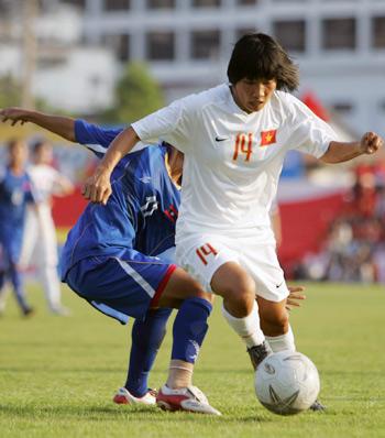 Tuyển nữ Việt Nam từng dẫn Thái Lan 2-0 ở trận đấu vòng ngoài, nhưng cuối trận bị gỡ hòa 2-2. Ảnh: An Nhơn.