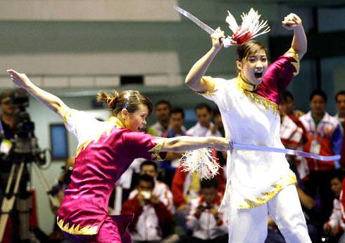 Trà My và Thùy Linh giành HC bạc song luyện kiếm.