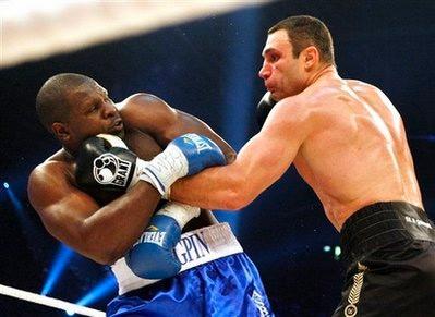 Vitali Klitschko quá mạnh so với đối thủ (trái). Ảnh: AP.