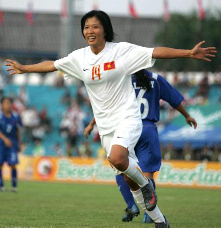 Kim Chi mừng bàn thắng. Ảnh: An Nhơn.