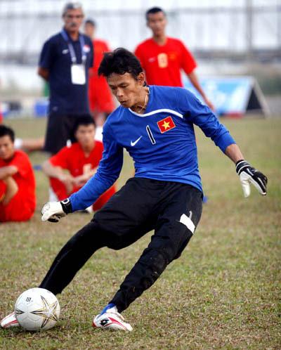 Cả thủ môn Tấn Trường cũng tập sút 11 m.