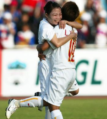 Tuyển nữ Việt Nam cần cải thiện khâu phòng ngự, nếu muốn được hưởng niềm vui giành lại HC vàng bóng đá nữ SEA Games. Ảnh: An Nhơn.