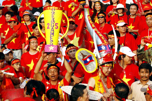 CĐV Việt Nam biến sân vận động ở Vientiane thành sân nhà. Ảnh: An Nhơn.
