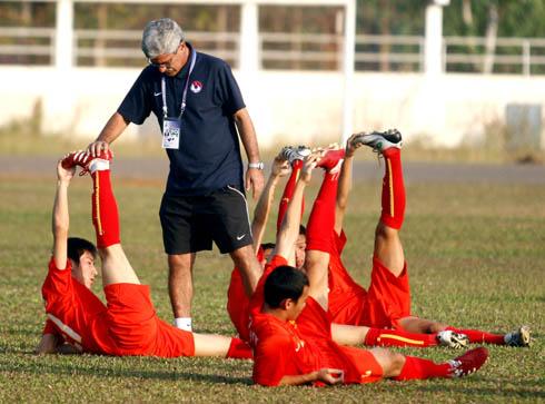 HLV Calisto chỉ đạo các cầu thủ tập luyện trước trận quyết đấu với Singapore chiều thứ hai, 18h ngày 14/12.