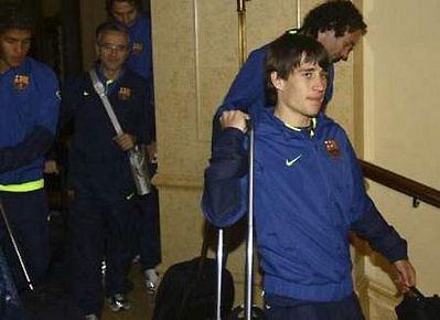 Begiristian (thứ hai từ trái sang) cùng các cầu thủ Barca đặt chân tới Abu Dhabi (UAE) hôm qua để dự FIFA World Cup Club.
