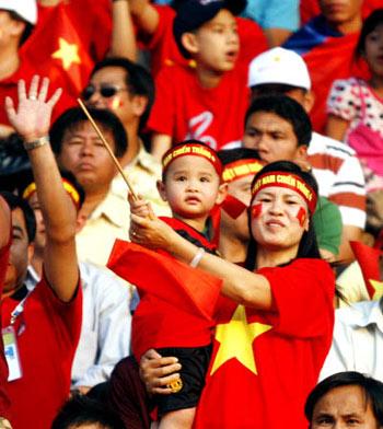 Cổ động viên Việt Nam tại Vientiane rất đông. Ảnh: An Nhơn.