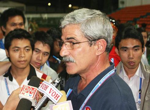 HLV Calisto trong vòng vây của phóng viên sau trận thắng. Ảnh: Minh Kha.