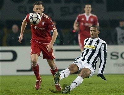 Melo (áo sọc đen trắng) trong trận Juventus thua Bayern 1-4 trên sân nhà, ở vòng bảng Champions League giữa tuần trước.