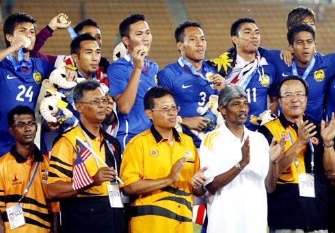 HLV Datuk Rajagobal (áo trắng) tin U22 Malaysia sẽ đoạt HCV SEA Games 29