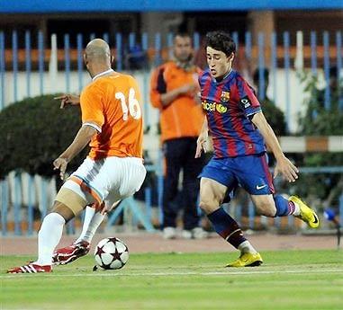Krkic tranh bóng với một cầu thủ của Kazma.