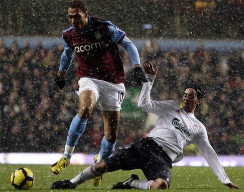 Trận đấu với Reading sẽ giúp Liverpool của Aquilani (áo trắng) tích lũy thêm niềm tin, sự hưng phấn cho năm mới 2010. Ảnh: Reuters.