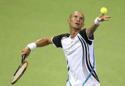 Nicolay Davydenko trong trận thắng Federer. Ảnh: Reuters.