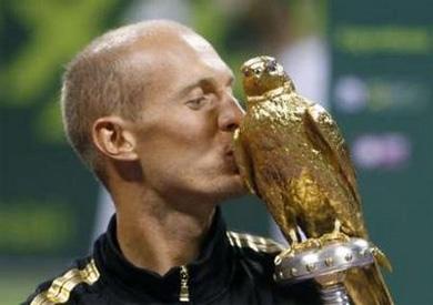 Nikolay Davydenko hạnh phúc với danh hiệu đầu năm. Ảnh: Reuters.