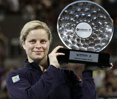 Kim Clijsters nhận phần thưởng chiến thắng. Ảnh: AP.