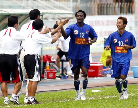 Niềm vui của các cầu thủ bà BHL Đồng Nai. Ảnh: An Nhơn.
