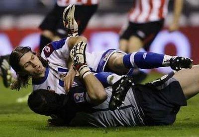Felipe va chạm với thủ môn của Bilbao.