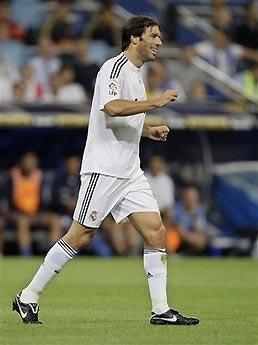Trước khi nhận lời Hamburg, có tin cho biết Nistelrooy cũng được Tottenham đề nghị ký hợp đồng.