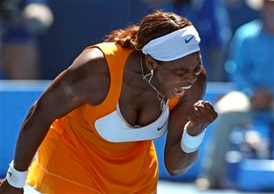 Serena Williams đã phục hận giúp cô chị Venus. Ảnh: AP.