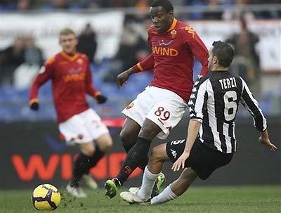 Stefano Okaka của AS Roma (giữa, áo đỏ).