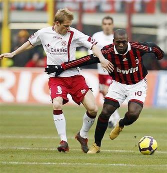Tiền vệ Clarence Seedorf của AC Milan (bên phải).