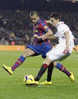 Alves (bên trái) là một trong những cầu thủ thi đấu hiệu quả nhất của Barca.