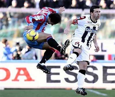 Tiền đạo nhỏ con Di Natale (bên phải) vừa vươn lên dẫn đầu danh sách vua phá lưới Serie A mùa 2009-2010.