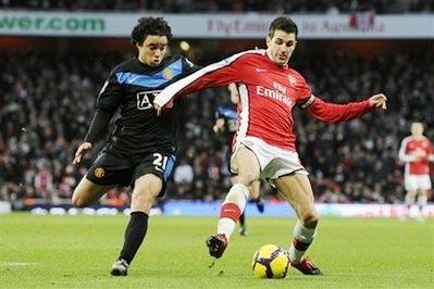 Thủ quân của Arsenal (bên phải) trong trận đấu với MU gần đây tại giải Ngoại hạng Anh.