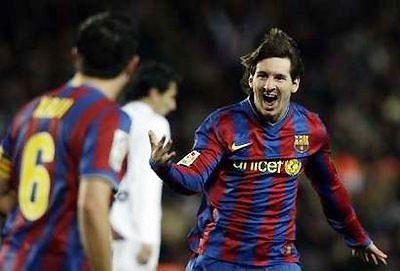 Messi chia vui với Xavi trong trận thắng Getafe.