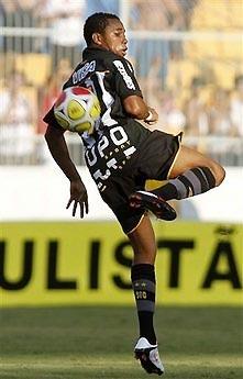 """Robinho vốn được gọi là """"thần đồng bóng đá Brazil"""" nhờ màn trình diễn ở CLB Santos trong những năm đầu thế kỷ."""