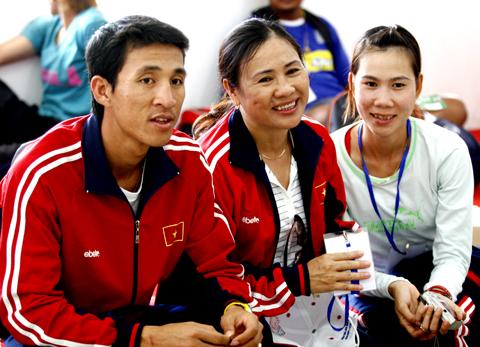 Trương Thanh chụp hình chung với Nguyễn Đình Cương và HLV Hồ Thị Từ Tâm tại SEA Games 25. Ảnh: An Nhơn.